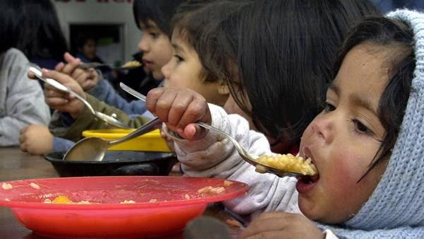 Niños en un comedor