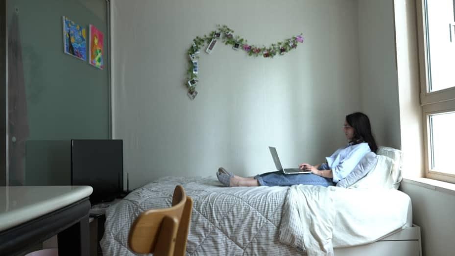Michaela Cricchio em seu apartamento