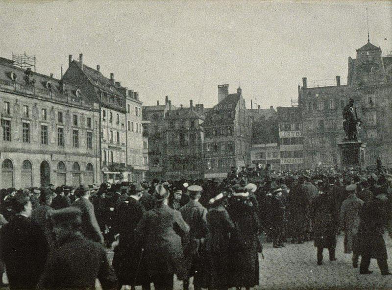 800px-Foule_place_Kl'eber_en_novembre_1918_a_Strasbourg_2.jpg