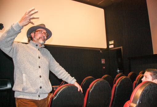 Gustavo Tovar se dirige al público durante la presentación del documental