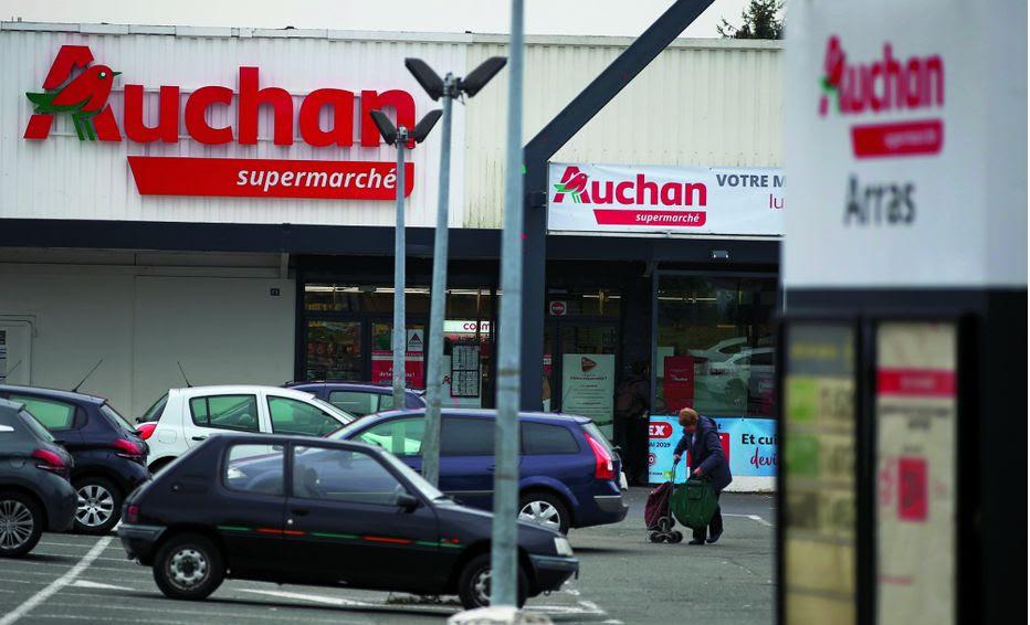 Auchan pourrait annoncer prochainement un important plan de départ volontaires. Une hypothèse qui suscite l'inquiétude chez les syndicats et les employés.