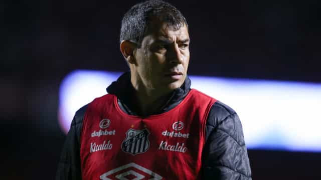 Carille indica que manterá esquema com três zagueiros no Santos