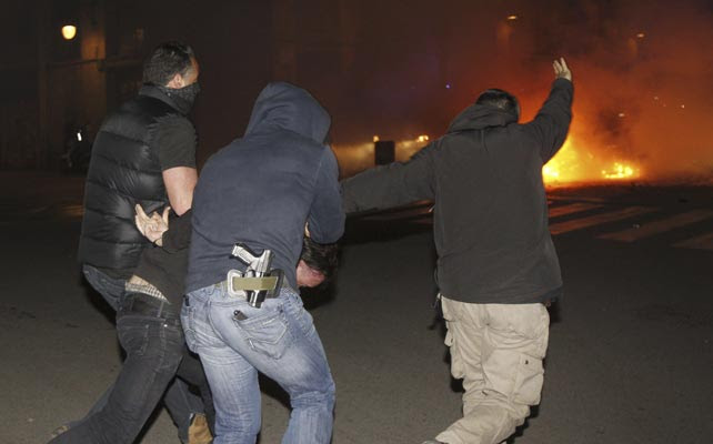 Infiltrados de los Mossos d'Esquadra conducen a un detenido.