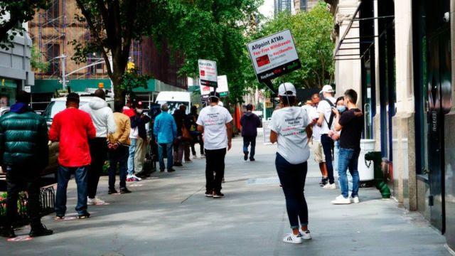 Filas de desempregados em Nova York