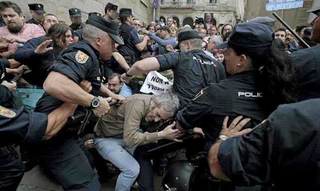 La Policía carga contra los manifestantes cerca de la Praza do Obradoiro, en una protesta contra los recorte en la UE con ha coincido con la visita de Merkel a Santiago.