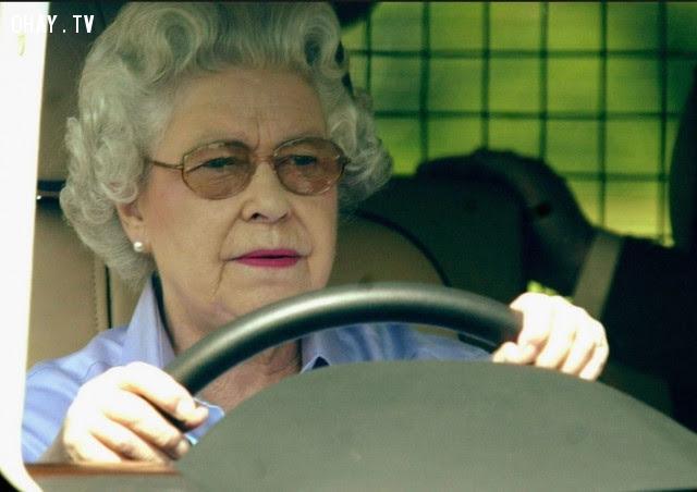 9. Nữ hoàng Anh có thể lái xe mà không có biển số và cũng không cần bằng lái,hoàng gia anh,quy tắc,luật lệ,gia đình hoàng gia,nước anh