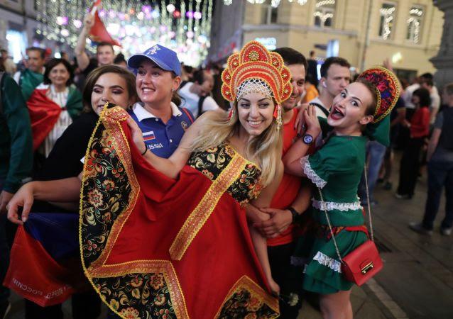 Los hinchas de la selección rusa celebran la victoria