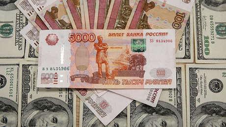 Billetes de dólares y rublos