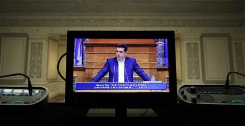 La imagen del primer ministro griego, Alexis Tsipras, en un monitor de una cabina de traduccióm simultánera, durante una reunión con los diputados de Syriza en el Parlamento heleno. REUTERS/Kostas Tsironis