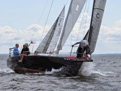 J/105 sailing around mark