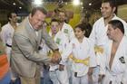 Arnold brinca com judocas (Savaget / Divulgação)