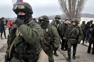 Soldados de Ucrania salen de Crimea