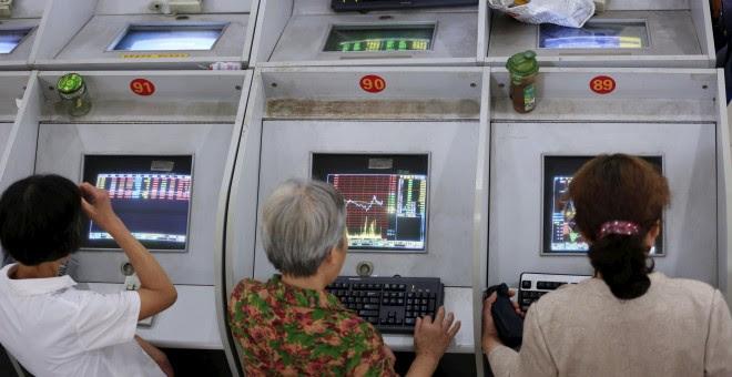 Inversores observan la evolución de los valores en la Bolsa de Shangai. /REUTERS