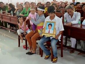 04- Ngu_i thân dã mang di _nh ông Sang xông vào BV dòi g_p bác si Ðoàn Van Hùng, giám d_c BV