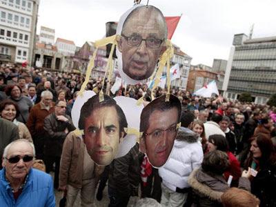 En la imagen los retratos del ministro de Hacienda, Cristóbal Montoro; el alcalde de Ferrol, José Manuel Rey, y el presidente de la Xunta de Galicia, Alberto Núñez Feijóo.- EFE