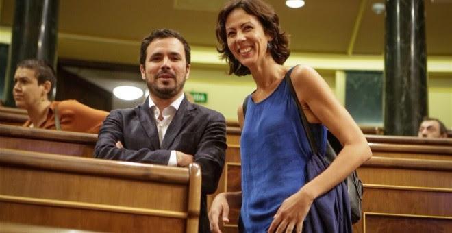 Alberto Garzón junto a la diputada de IU Eva García Sempere
