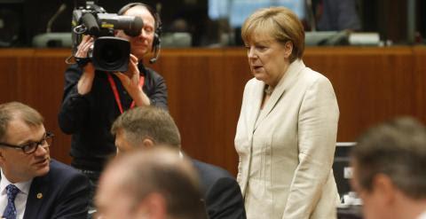 La canciller alemana, Angela Merkel, y el primer ministro finlandés, Juha Sipila, al inicio de la segunda jornada de la cumbre de los jefes de Estado y de Gobierno de la Unión Europea (UE) celebrada en Bruselas. EFE/Olivier Hoslet