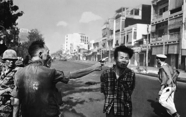 ΒΙΕΤΝΑΜ-1 Φεβρουαρίου, 1968: Ο Eddie Adams φωτογράφισε τον Nguyen Ngoc Loan να εκτελεί τον  Βιετκόνγκ αρχηγό  Nguyen Van Lem. Η φωτογραφία έστρεψε τον κόσμο ενάντια στον πόλεμο.