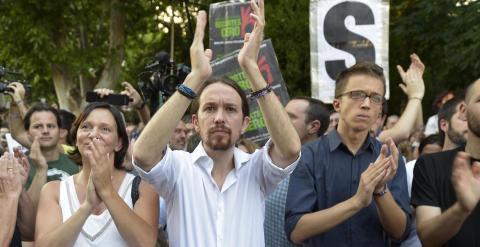 Carolina Bescansa, Pablo Iglesias e Íñigo Errejón, dirigentes de Podemos, aplauden en un momento de la intervención de Panayota Maniou, de Syriza. JC