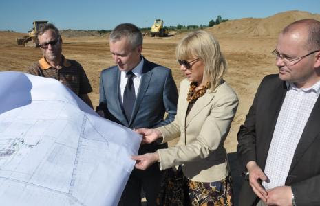 Elżbieta Bieńkowska ogląda plany budowy zespołu fabryk IKEA w Orli