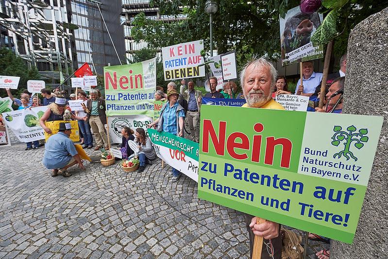 """Été 2016, Munich : agriculteurs, jardiniers et militants dépose une pétition de 800 000 signatures à l'Office européen des brevets : 800 000 citoyens de toute l'Europe disent """"non"""" aux brevets sur les êtres vivants. [2]"""