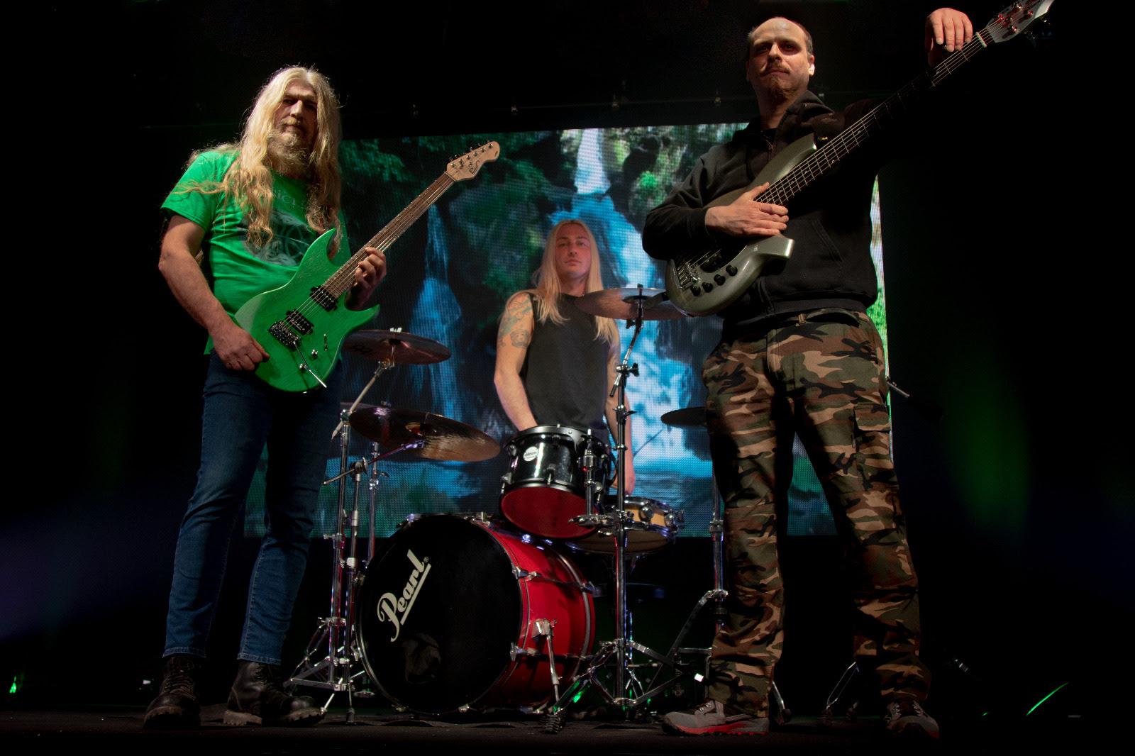 L'immagine può contenere: 3 persone, persone sul palco