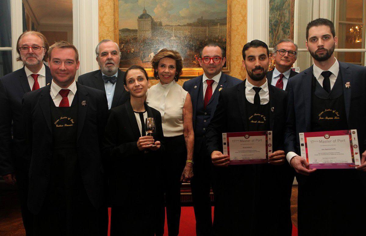 Les quatre finalistes et les différentes personnalités partenaires du concours après la remise des prix. Photo JB