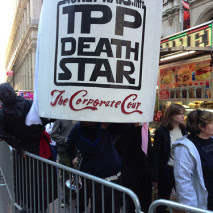 """Pancarta que asimila el TPP a la """"Estrella de la Muerte"""" de La Guerra de las Galaxias. CC BY (Steve Rhodes) NC - ND"""