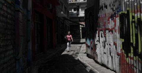 Una camarera lleva un café en la zona turística de Monastiraki, en Atenas. EFE/Yannis Kolesidis