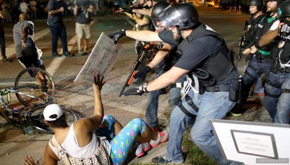 Agentes de Policía detienen a un manifestante durante los disturbios en Ferguson.