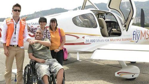 En Colombia los pilotos arrancaron una sonrisa a Carlos Enrique Pabón, quien además de padecer EM es sordomudo.