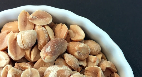 Shelled peanuts in bowl