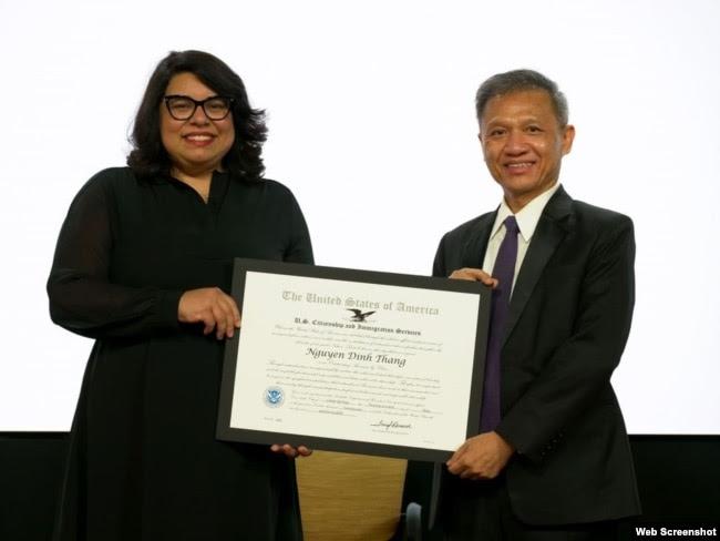 Đại diện USCIS trao bằng khen cho Tiến sĩ Nguyễn Đình Thắng. Photo Facebook BPSOS - Vietnam Advocacy Project.