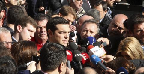 El líder de Syriza, Alexis Tsipras, se dirige a los medios tras la tercera votación parlamentaria en el Parlamento en Atenas. /ALEXANDROS VLACHOS (EFE)