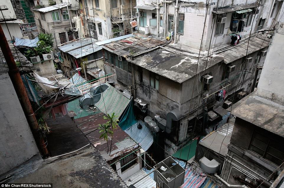 Ảnh: Một bắn bên ngoài của một khu ổ chuột ở Sham Shui Po ở Hong Kong, nơi một số cư dân sống trong 'căn hộ quan tài' tí hon