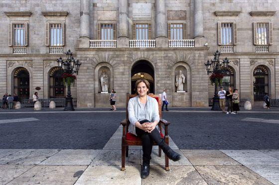 Ada Colau, con el Ayuntamiento de Barcelona al fondo.