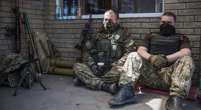 Activistas prorrusos descansan en un puesto de control cerca de la ciudad de Slaviansk, Ucrania, el 16 de mayo de 2014.