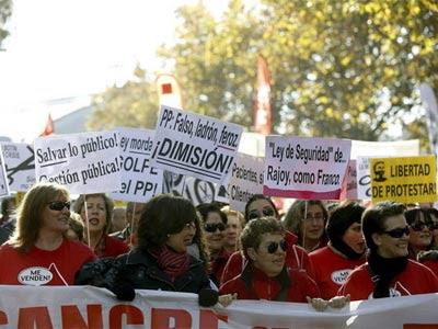 La manifestación de la marea blanca de la sanidad que cada tercer domingo de mes recorre las calles del centro de la capital, en esta ocasión en compañía de las 'mareas' verde (educación) y roja (ciencia).