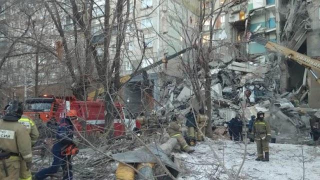 Colapsa parcialmente un edificio en Rusia tras una explosión de gas