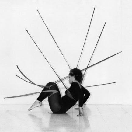 """¿Cómo de Senga Nengundi """"Objetos de rendimiento"""" estiró la escultura en nuevas formas y cómo ella todavía presionar los límites de hoy"""