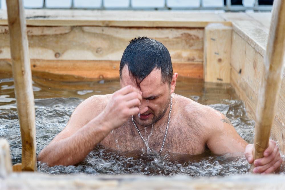 Fêter l'Epiphanie en Russie dans un bain de glace