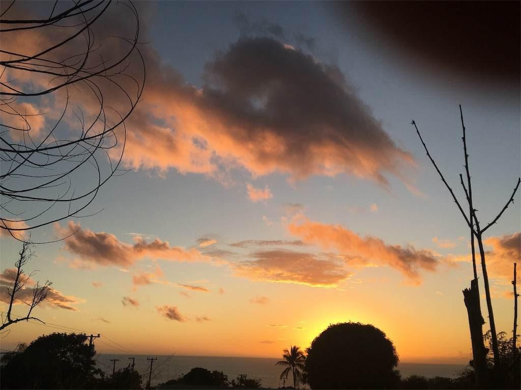 太陽がほんのりとオレンジ色に空を染める。