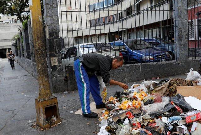 Un hombre busca comida en Caracas. REUTERS / Carlos Jasso