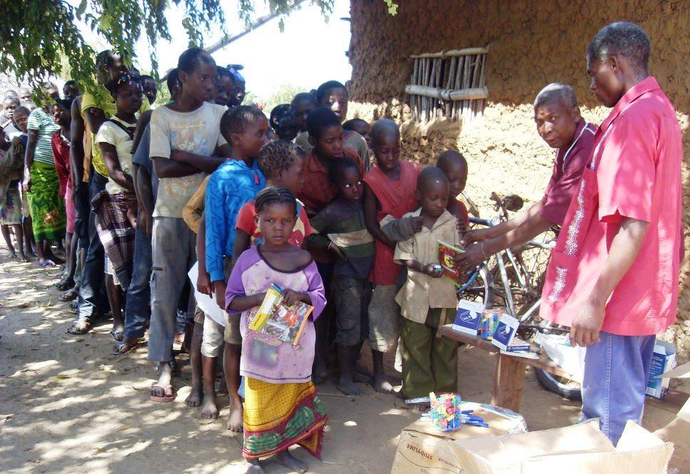 http://www.accionverapaz.org/images/accionverapaz/proyectos/ayuda_mozambique/Distribuicao_Mat_escol.jpg