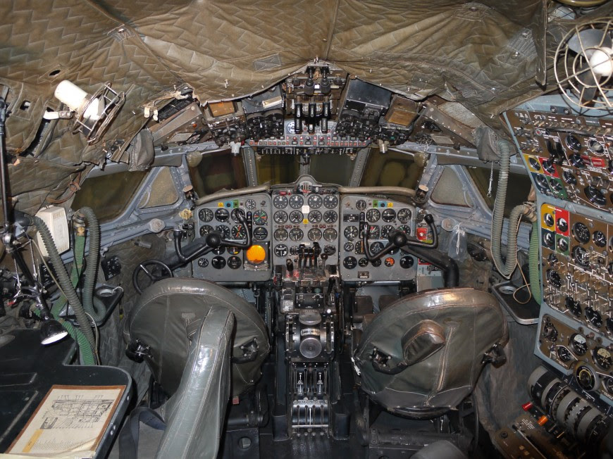http://www.laboiteverte.fr/21-cockpits-davions/08-cockpit-avion-de_havilland_dh106_comet_4_g-apdb_cockpit/