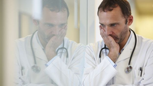 Doctor pensando preocupado