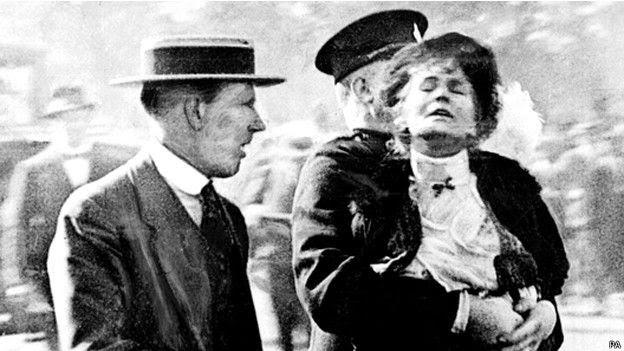 Emmeline Pankhurst, líder de la lucha por el voto femenino en Inglaterra arrestada en 1910