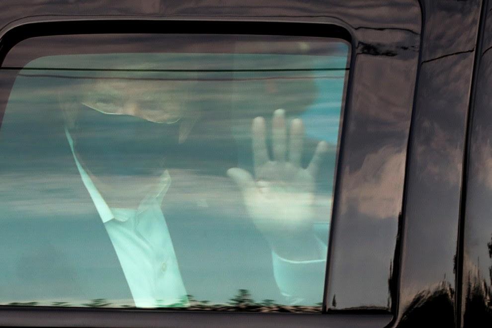 Donald Trump saluda a sus seguidores desde el coche   Reuters