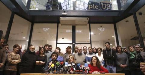 Tania Sánchez, rodeada de todos sus partidarios, en la rueda de prensa ofrecida para explicar su marcha de IU. EFE/Javier Lizón