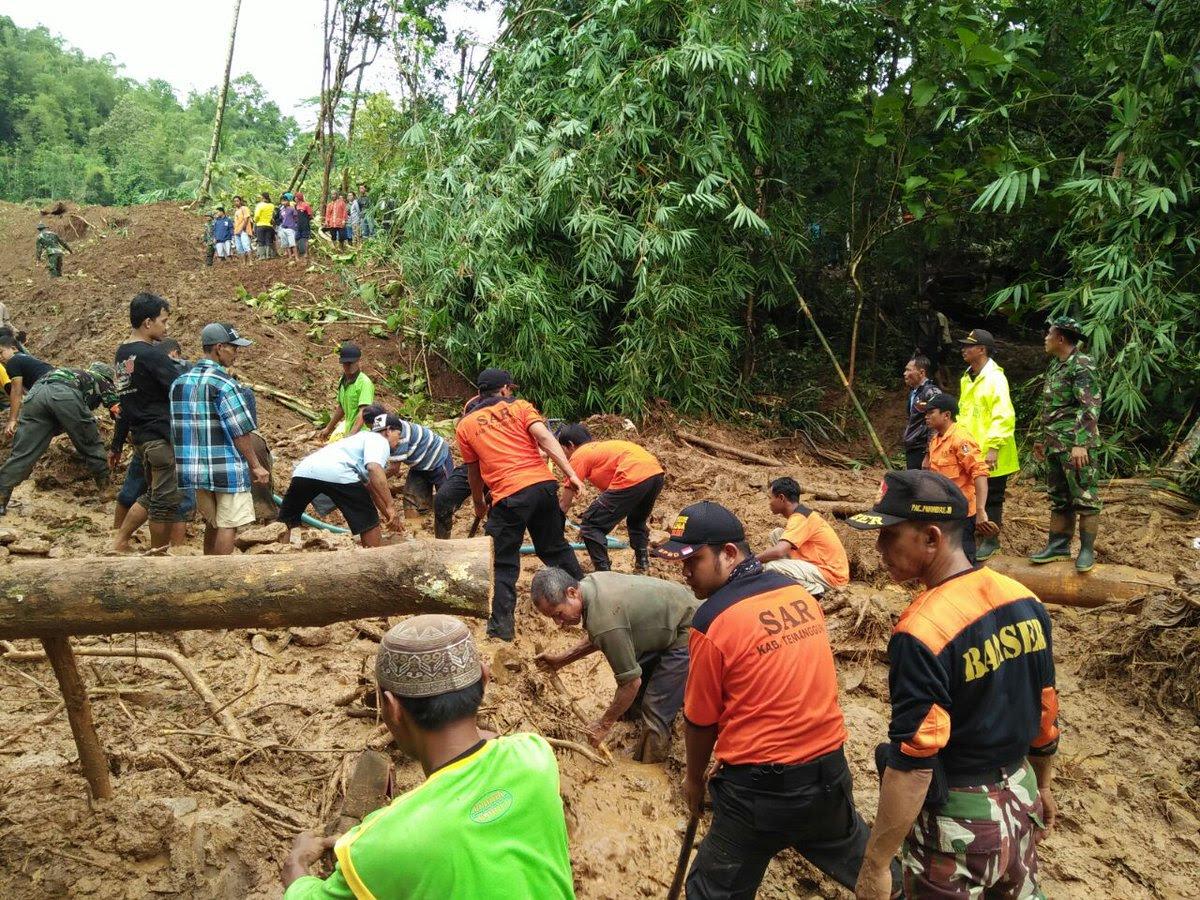 DESLIZAMIENTO DE TIERRA DEJA MUERTOS EN JAVA, INDONESIA